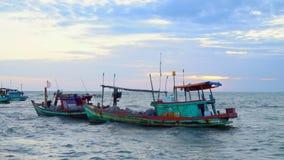 vietnam Pescherecci ad un pilastro durante il declino Barche vietnamite tradizionali al pilastro Parecchio barca dopo la pesca archivi video