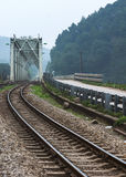 Vietnam: puente y vía del tren. Fotos de archivo libres de regalías