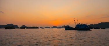 Vietnam, puesta del sol larga de la bahía de la ha fotos de archivo