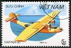 VIETNAM - 1987: showamfibie PBY-5, serie Hafnia 87 Arkivfoto
