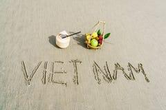 Vietnam som är skriftlig på sanden Arkivfoto