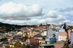 Vietnam stad på kullen med molnigt arkivfoto