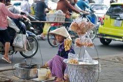 Vietnam-Straßenhändler, der Imbiß verkauft stockfotografie
