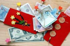 Vietnam Tet, sobre rojo, dinero afortunado Fotos de archivo