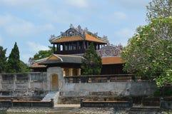 Vietnam - Tint - binnen de citadel - Thaise baklau- keizers die ruimte-zijmening lezen stock afbeelding