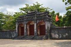 Vietnam - Tint - oude gateway bij de Koninklijke Mausolea - Minh Mang stock foto's