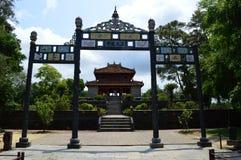 Vietnam - tonalidad - una vista más baja del pabellón y de la entrada en los mausoleos reales - Minh Mang del lau del minh imagenes de archivo
