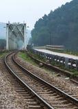 Vietnam: Zugbrücke und -bahn. Lizenzfreie Stockfotos