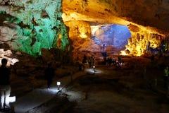 Vietname - baía longa do Ha - gruta de Thien Cung Fotografia de Stock Royalty Free