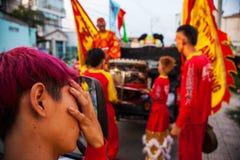 Vietname - 22 de janeiro de 2012: Dragon Dance Artists durante a celebração do ano novo vietnamiano Fotografia de Stock Royalty Free