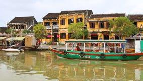 Vietname, Hoi An - em janeiro de 2017: Flutuadores do barco de prazer em Bon River contra o contexto das casas na margem filme