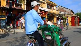 Vietname, Hoi An - em janeiro de 2017: Turistas que dão uma volta através das ruas de Hoi An filme