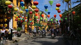 Vietname, Hoi An - em janeiro de 2017: Turistas que d?o uma volta atrav?s das ruas de Hoi An video estoque