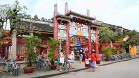 Vietname, Hoi An - em janeiro de 2017: Turistas que d?o uma volta atrav?s das ruas de Hoi An filme
