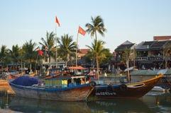 Vietname - Hoi um cênico do cais e dos barcos de pesca maiores em Thu Bon River no por do sol imagens de stock