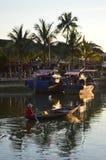 Vietname - Hoi um destino cênico de barcos de pesca em Thu Bon River no por do sol foto de stock