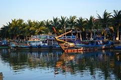 Vietname - Hoi um destino cênico de barcos de pesca maiores em Thu Bon River no por do sol fotos de stock royalty free