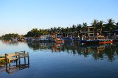 Vietname - Hoi um destino cênico do cais e dos barcos de pesca maiores em Thu Bon River no por do sol foto de stock