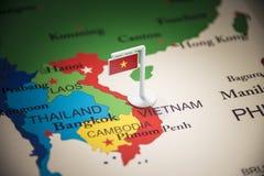Vietname identificou por meio de uma bandeira no mapa fotos de stock royalty free