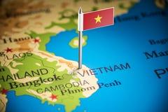 Vietname identificou por meio de uma bandeira no mapa fotografia de stock