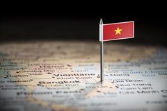 Vietname identificou por meio de uma bandeira no mapa imagens de stock royalty free