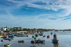 Vietname na manhã barcos de pesca no rio, céu azul nebuloso fotografia de stock