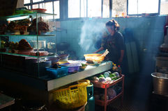 Vietnamees chef-kok broit vlees bij reataurant Com tam Royalty-vrije Stock Afbeelding