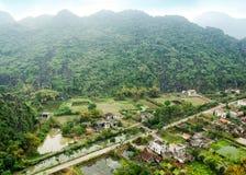 Vietnamees dorp onder padievelden Ninh Binh, V Royalty-vrije Stock Foto