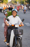 Vietnamees hoger paar met groene paprikainstallaties Royalty-vrije Stock Afbeelding