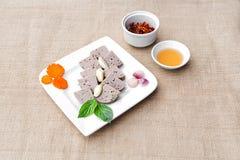 Vietnamees kaneelbroodjes of varkensvlees sausag op witte plaat met haar stock foto