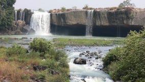 Vietnamees landschap met waterval en stroom stock videobeelden