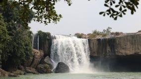 Vietnamees landschap met watervalmening stock videobeelden