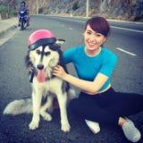 Vietnamees meisje met hond in roze hoed Royalty-vrije Stock Afbeeldingen