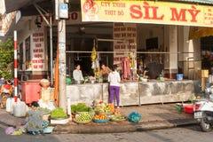 Vietnamees slachterij en fruit en plantaardige verkoper op voetpad i Stock Afbeeldingen