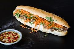 Vietnamees Varkensvlees Banh Mi Sandwich met Koriander en wortel het sluiten Royalty-vrije Stock Fotografie