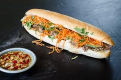 Vietnamees Varkensvlees Banh Mi Sandwich met Koriander en wortel het sluiten Royalty-vrije Stock Foto's