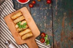 Vietnamees voedsel Heerlijke eigengemaakte de lentebroodjes op houten lijst Royalty-vrije Stock Afbeelding