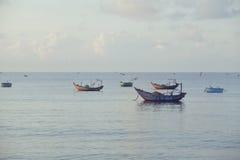 Vietnameese全国小船在日出的海 免版税库存图片