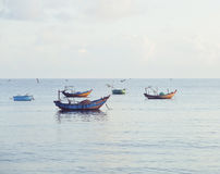 Vietnameese全国小船在日出的海 库存图片