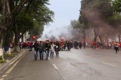 Vietnames fläktar att fira deras team'sdeltagande i fotbollfinalen mot Uzbekistan Royaltyfri Bild