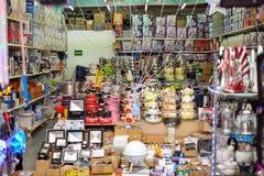 Vietnames shoppar för krukor och köksgeråd arkivfoto