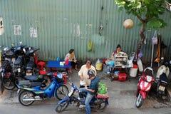 Vietnames utanför restaurang Royaltyfri Bild