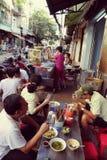 Vietnames utanför restaurang Arkivbilder