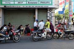 Vietnames utanför restaurang Arkivbild