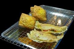 Vietnamese angefülltes knusperiges Omelett auf Edelstahlgitter, Fokus selektiv lizenzfreie stockfotos