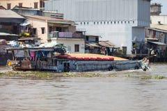 Vietnamese boot die met rijst, Cai Be, Mekong Delta, Vietnam wordt geladen Stock Foto