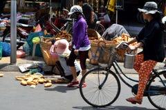 Vietnamese broodverkoopster Stock Afbeelding