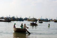 Vietnamese com barco da cesta fotos de stock royalty free