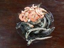 Vietnamese cuisine- rijstnoedel die met garnalen en vissen wordt gekookt stock afbeelding