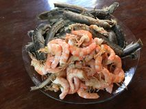 Vietnamese cuisine- rijstnoedel die met garnalen en vissen wordt gekookt stock foto